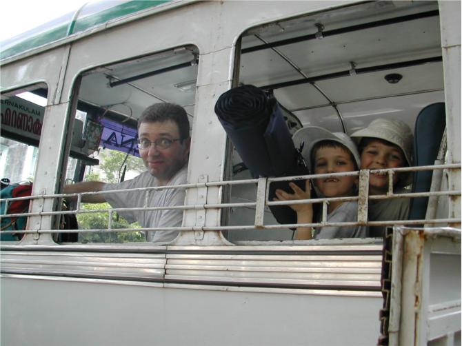 En plein Karnataka, un bus qui fonce droit devant et tant pis si ça arrive en face